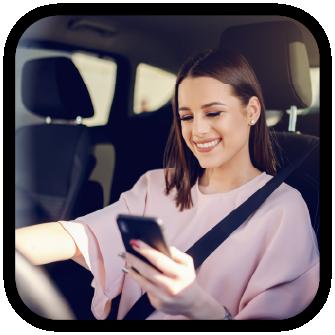 mujer en auto celular