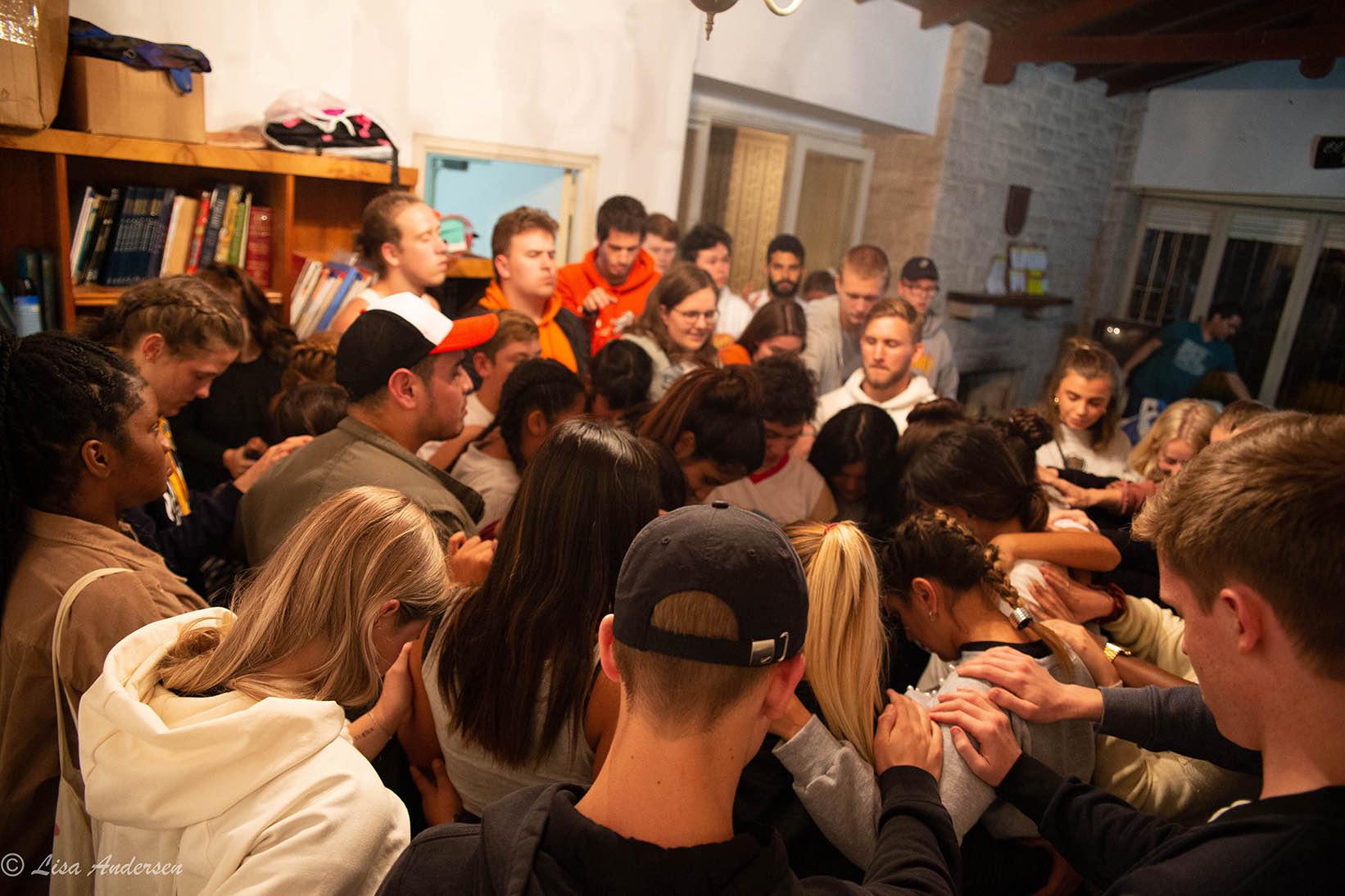Bønn sammen med bibelskoleelever fra Argentina