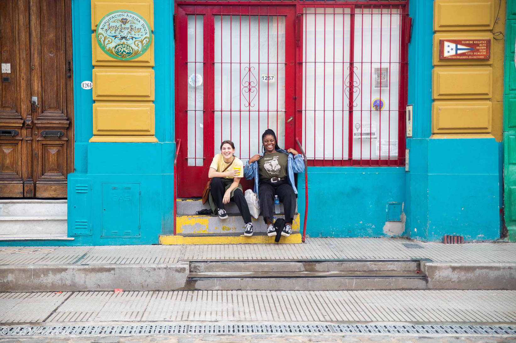 To som slapper av på en trapp i Bocas gater
