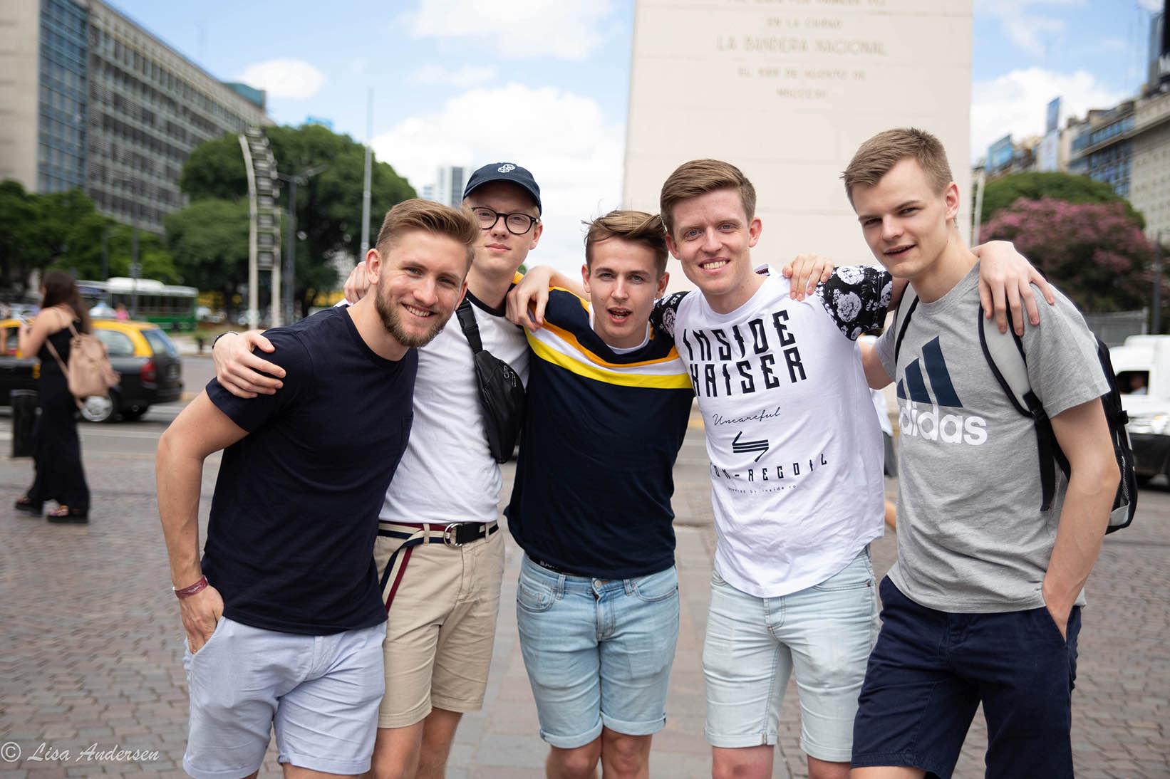 Gruppebilde i Buenos Aires, gutter smiler