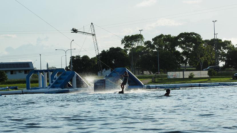 Familie auf Weltreise Die Leichsenrings Wakeboarden in Australien