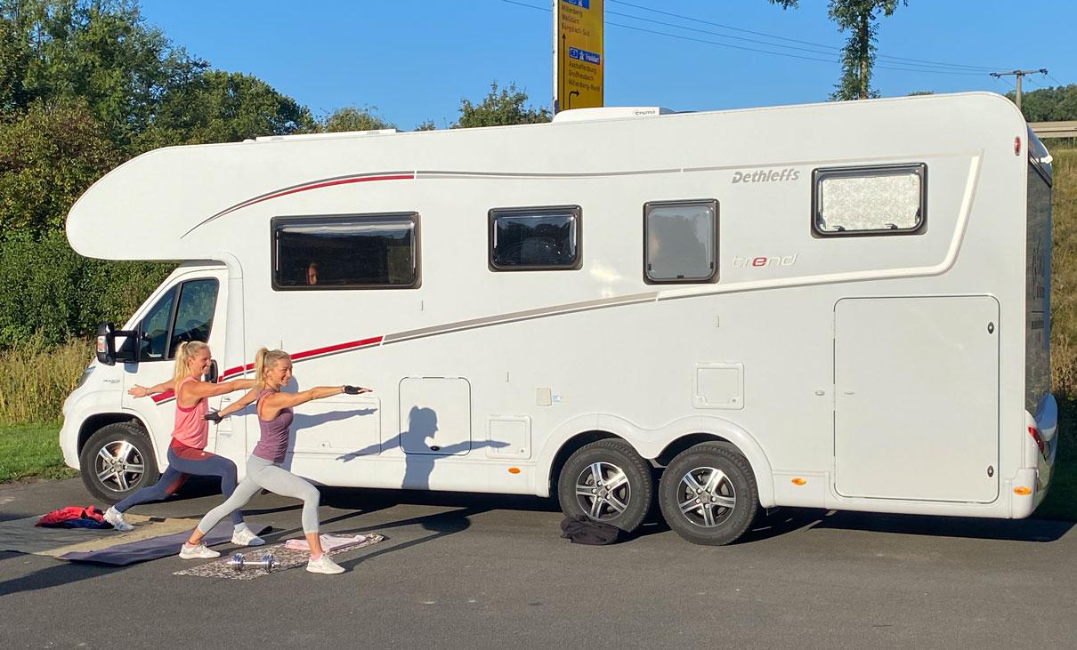 Familie auf Weltreise - Die Leichsenrings - Reisen mit dem Wohnmobil durch Europa Sport vor dem Wohnmobil