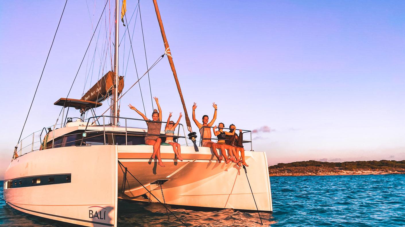 Familie auf Weltreise Sardinien Die Leichsenrings Katamaran Segeln Drohne Familienfoto