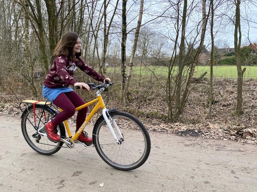 Familie auf Weltreise Woom Fahrrad Marie fahrend