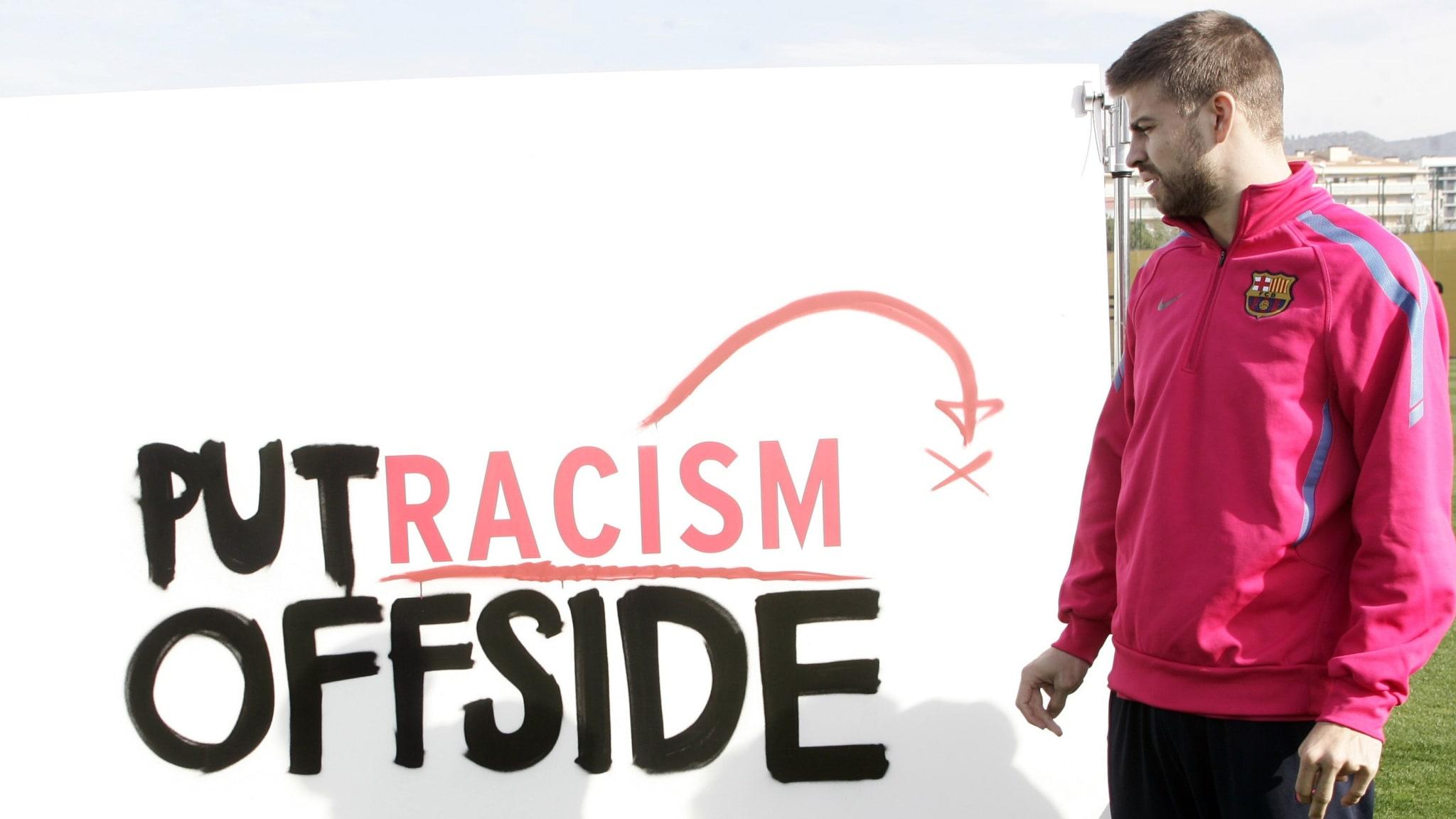 """El jugador del FC Barcelona Gerard Pique participa en la campaña de la UNESCO """"Deja al racismo fuera de juego""""."""