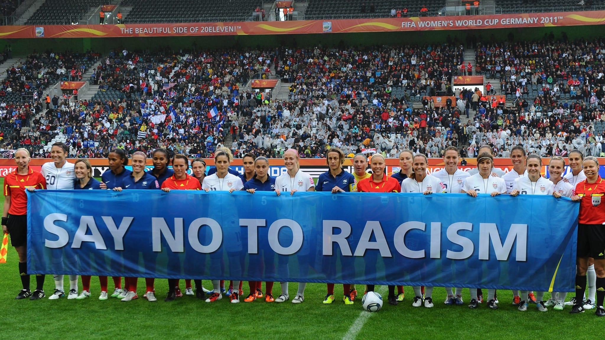 dos equipos con pancarta anti-racista en el mundial femenino 2011
