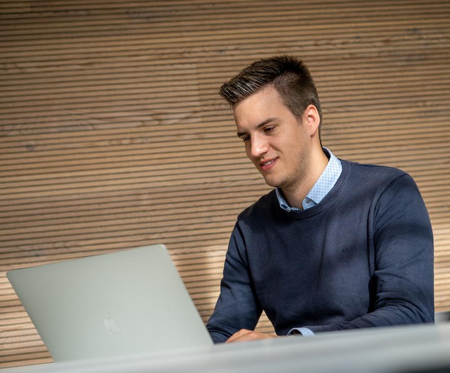 Hannes sitzt vor Laptop