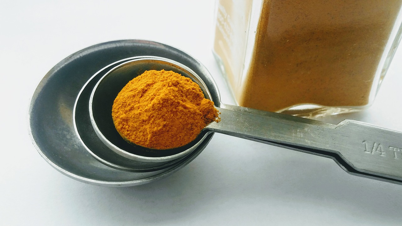 Measuring spoon with turmeric