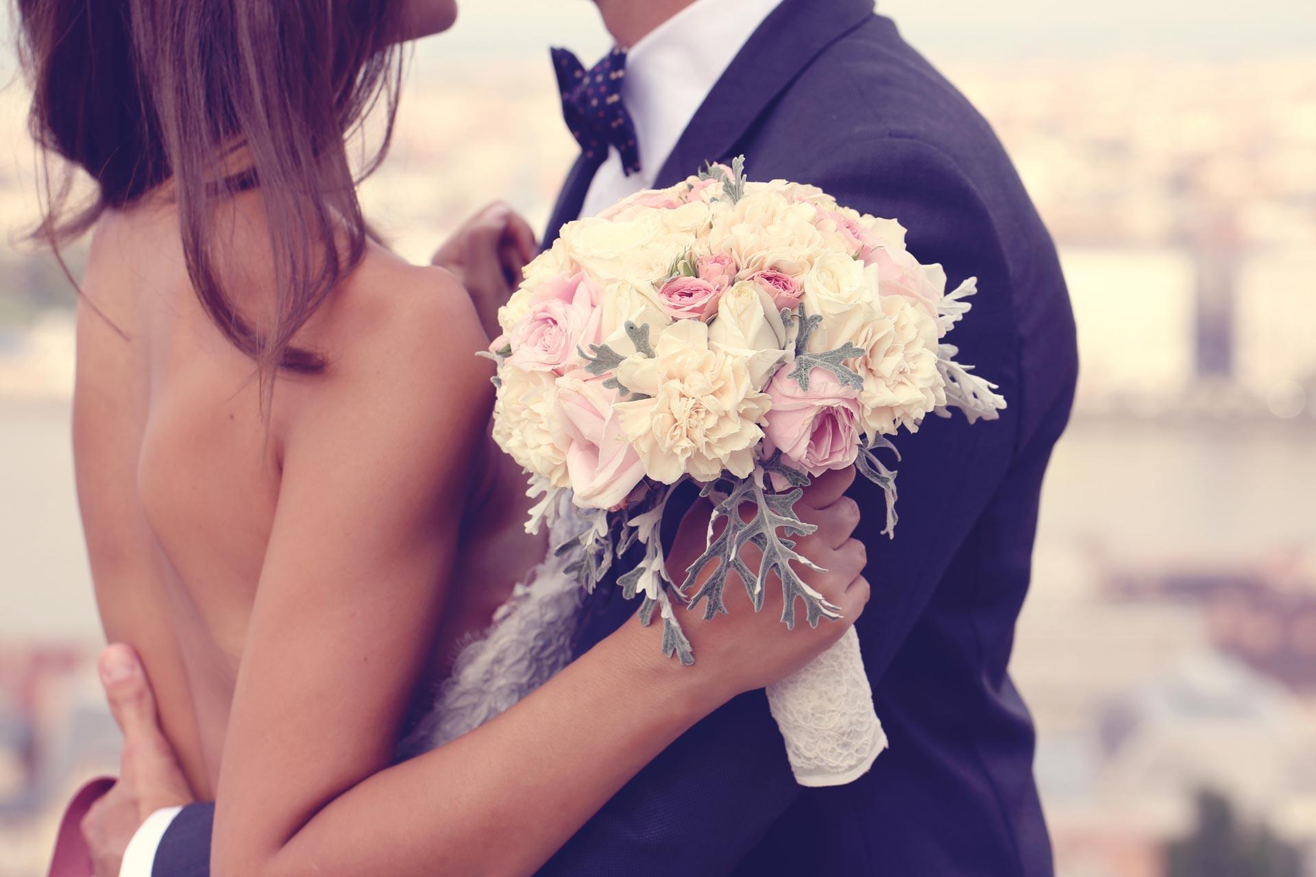 Bild eines glücklichen Hochzeitspaares mit dem Brautstrauß