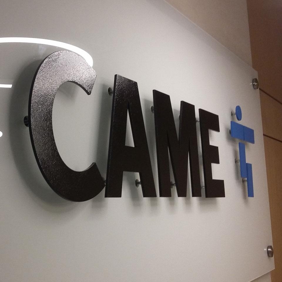 CAME - Logotyp ze stali malowanej proszkowo wyeksponowany na dystansach na tafli szkła