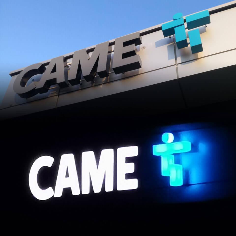Zamontowane na dystansach litery podświetlane, litry niebieskie świecące z każdej strony