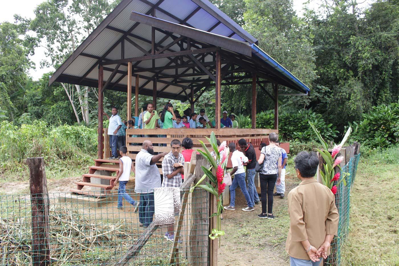 Bezoekers betreden het schapenverblijf.