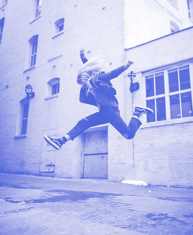 Ein Foto einer sehr hoch springenden Frau
