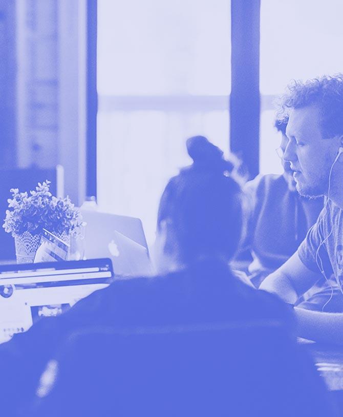 Ein Team arbeitet an Laptops in einem Büro