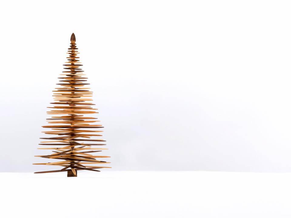 Sculpture d'un sapin en bois de différentes essences créée en 2019 par l'ébéniste Montréalais Guy Lemyre à l'approche des fêtes de fin d'année.