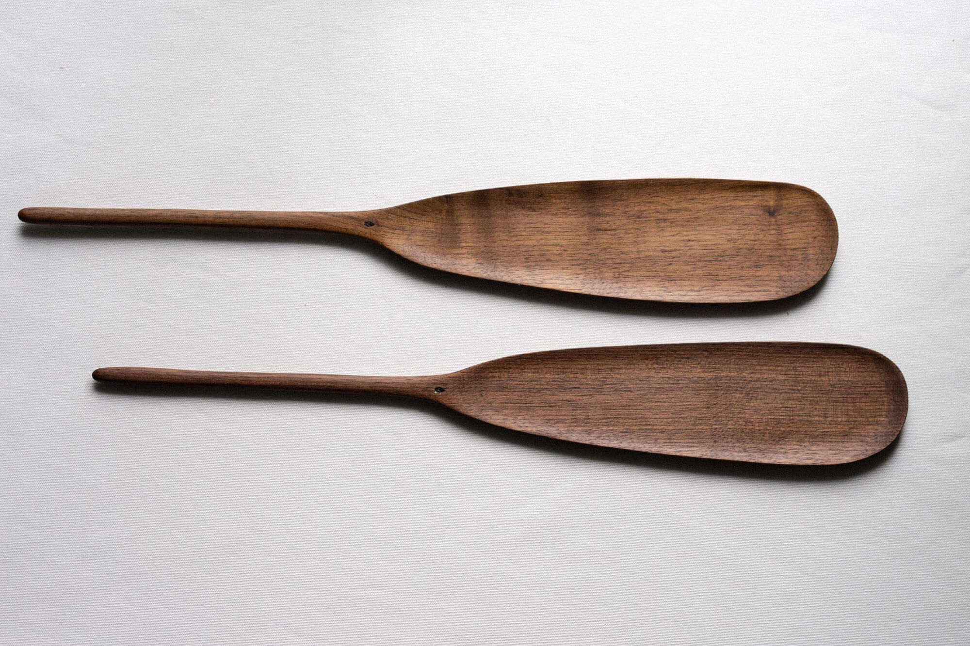 Spatule en bois de noyer issue de la collection 2019 Charme de virginie, sculptée par l'ébéniste Montréalais Guy Lemyre.