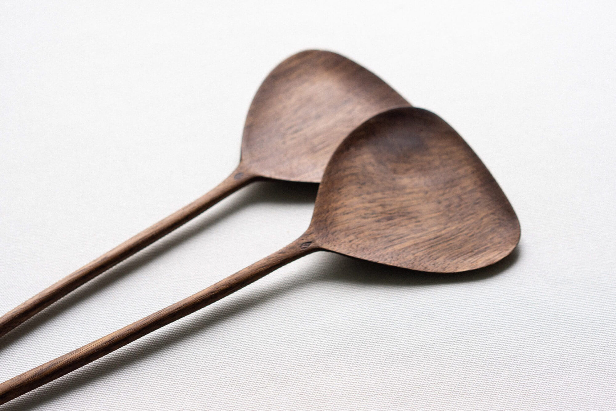 Cuillères en bois de noyer, collection Gingko créée par Guy Lemyre