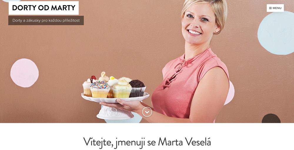 Šablona od Webnode pro lidi, kteří se živí pečením dortů. Na šabloně je sympatická žena s dortem v ruce.