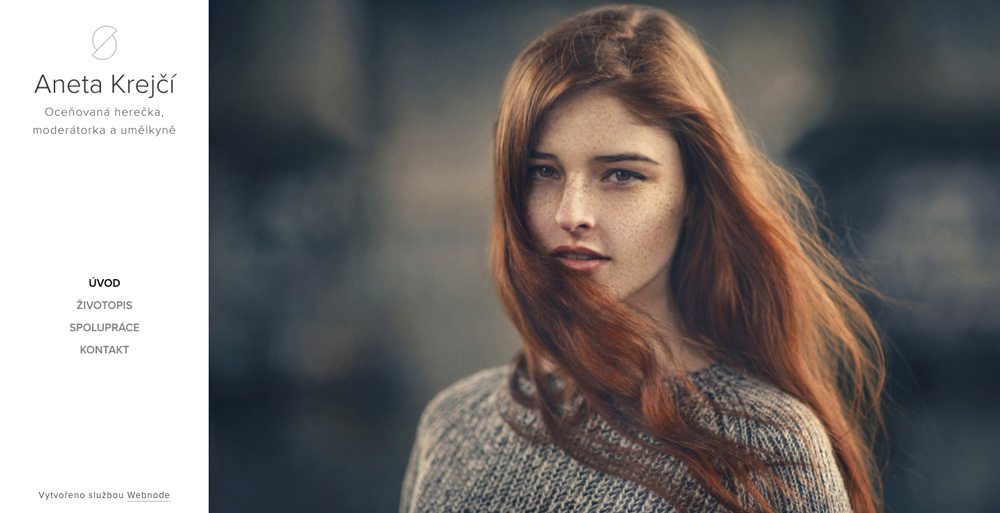 Portfolio šablona od Webnode, tato propaguje herečku a její práci. Dominuje velká fotka krásné a upravené ženy.