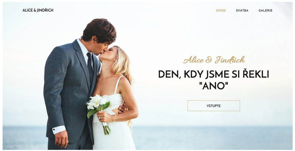 Svatební šablona od služby Webnode. Ústředním motivem je ženich s nevěstou, kteří si dávají polibek.