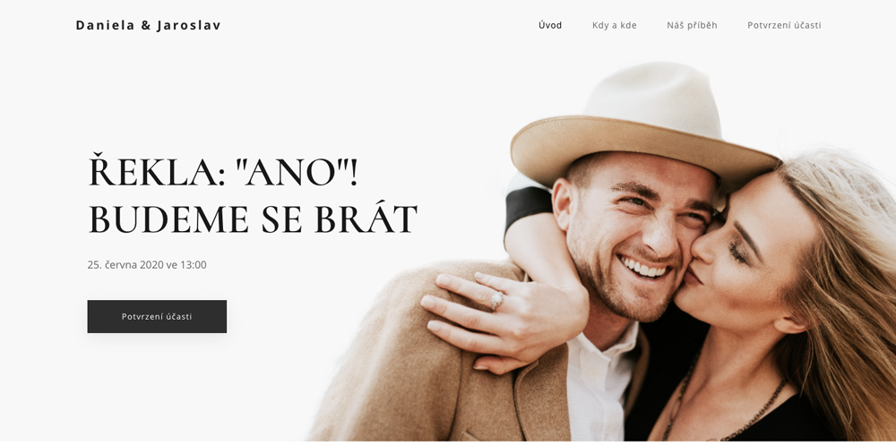 Šablona svatebního webu od služby Webnode. Na fotce je ženich s nevěstou v objetí a formálním oblečení.
