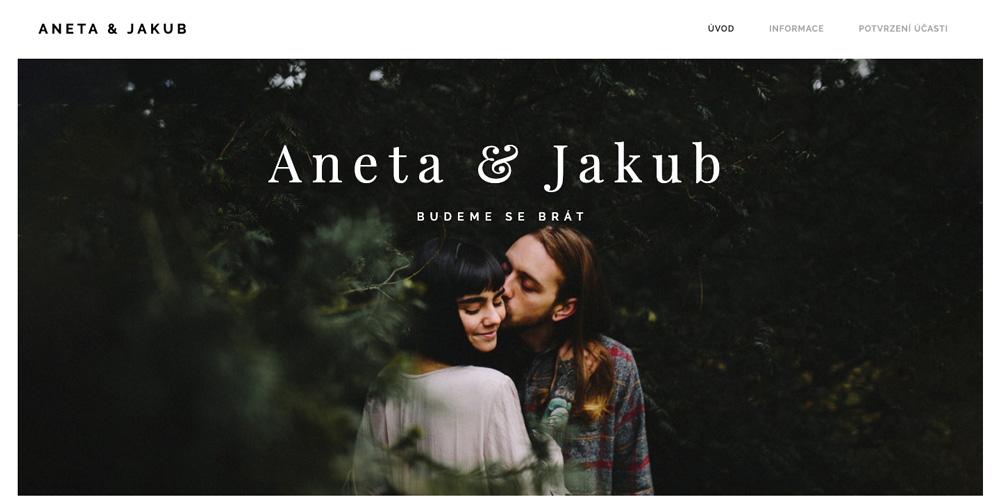 Šablona od Webnode pro svatební web v romantickém stylu. Ženich s nevěstou jsou v lese a dávají si pusu.