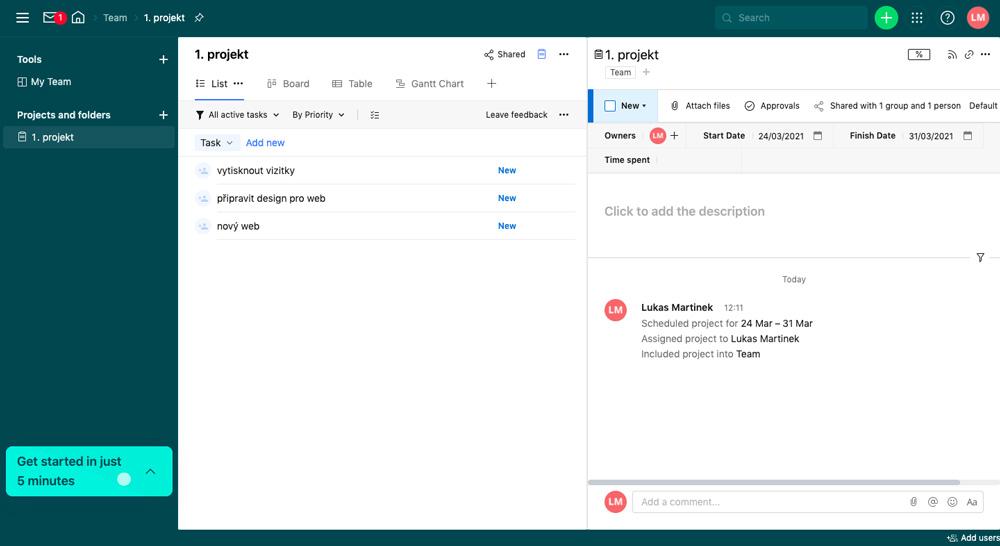 Dashboard služby Wrike. Dominuje v něm temně modrá barva. Uživatelské rozhraní služby Wrike je rozsáhlé a komplexní.
