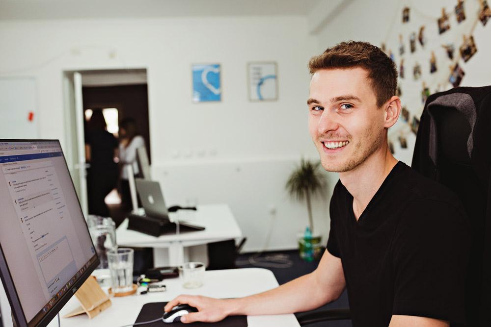 Jeden ze spoluzakladatelů služby Freelo Jan Kulda pracující na notebooku v kanceláři firmy.