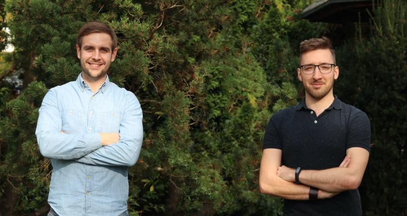 Aktuální spolumajitelé služby AffilBox Jaroslav Janíček a Ondřej Martinek pózují na společné fotce.