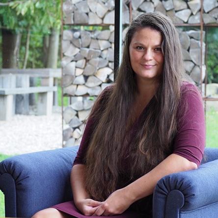 Generální ředitelka firmy SmartEmailing Kateřina Fišerová pózuje na fotografii.