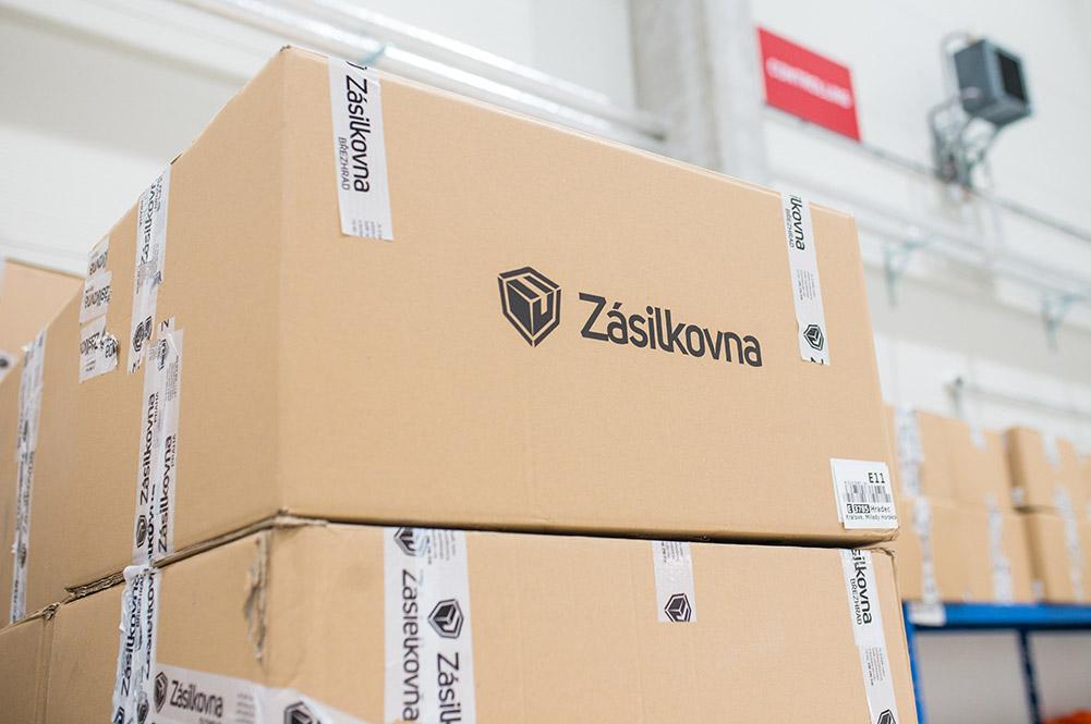 Balík s logem firmy Zásilkovna, který je uložen ve skladu firmy.