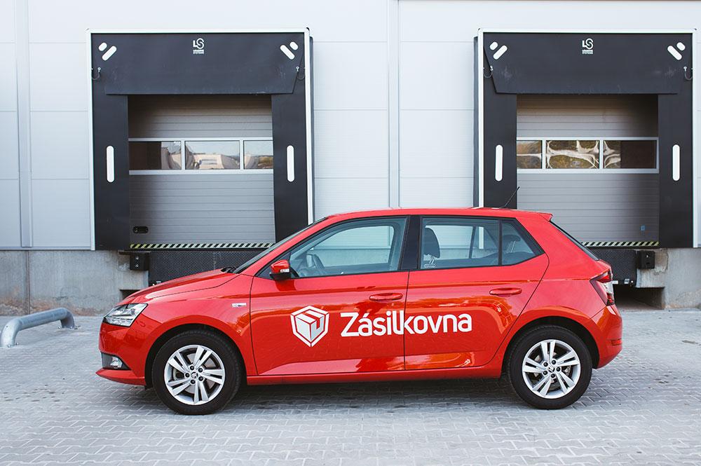 Červené a stylové auto s logem společnosti Zásilkovna.