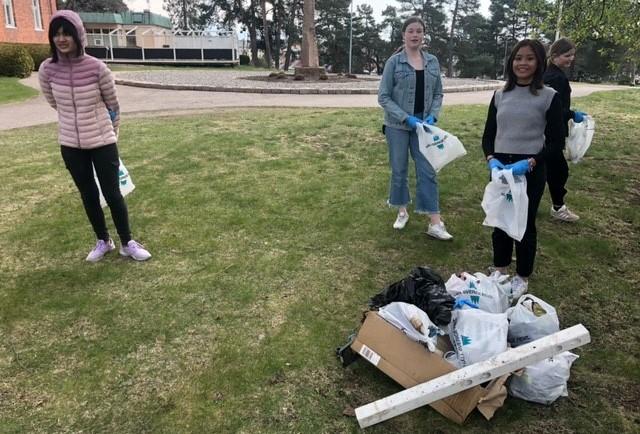Elever plockar skräp och håller Sverige rent
