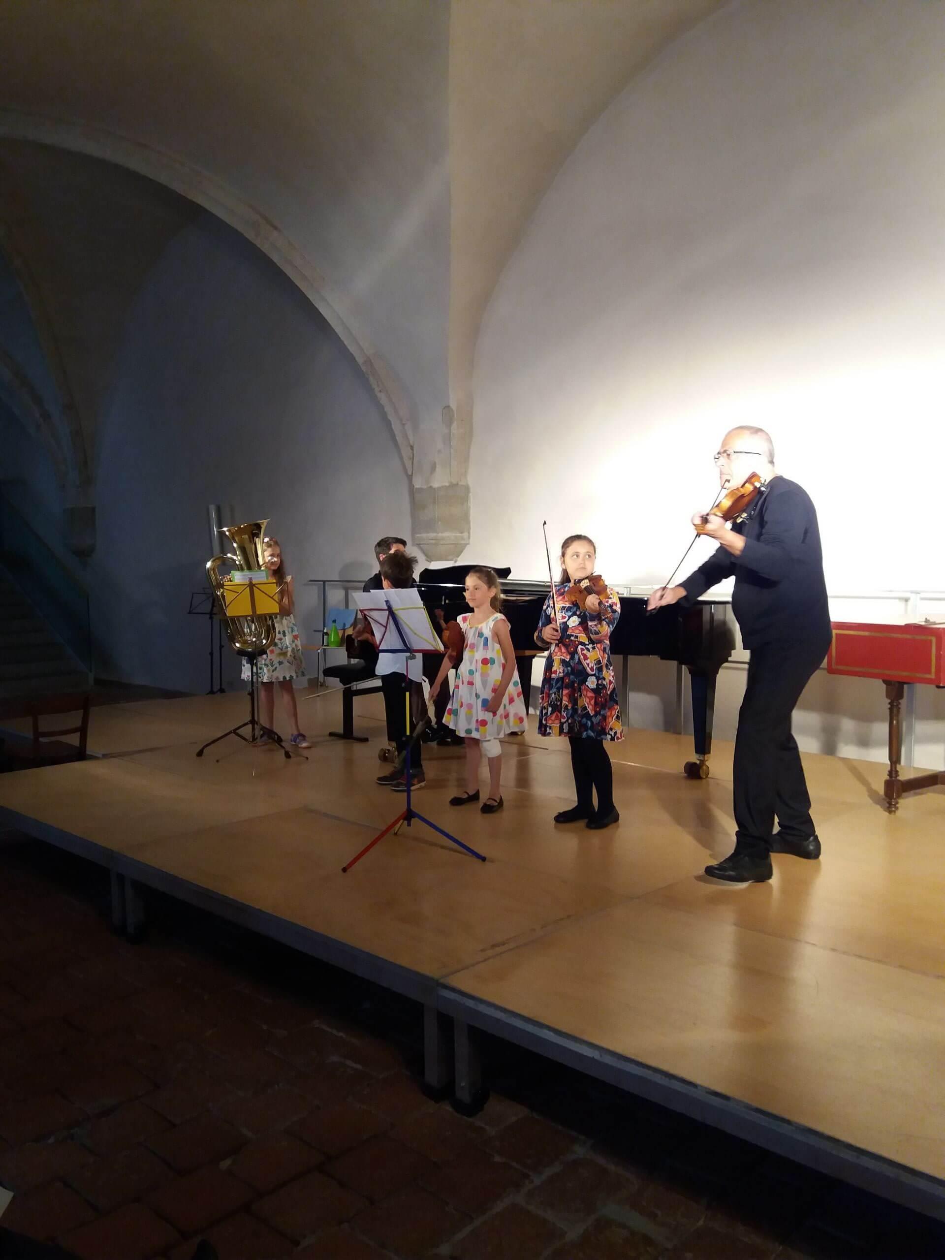 Stefan Kamilarov mit jungen Musikern