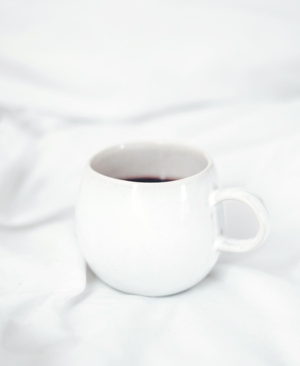 Tasse auf weißer Decke