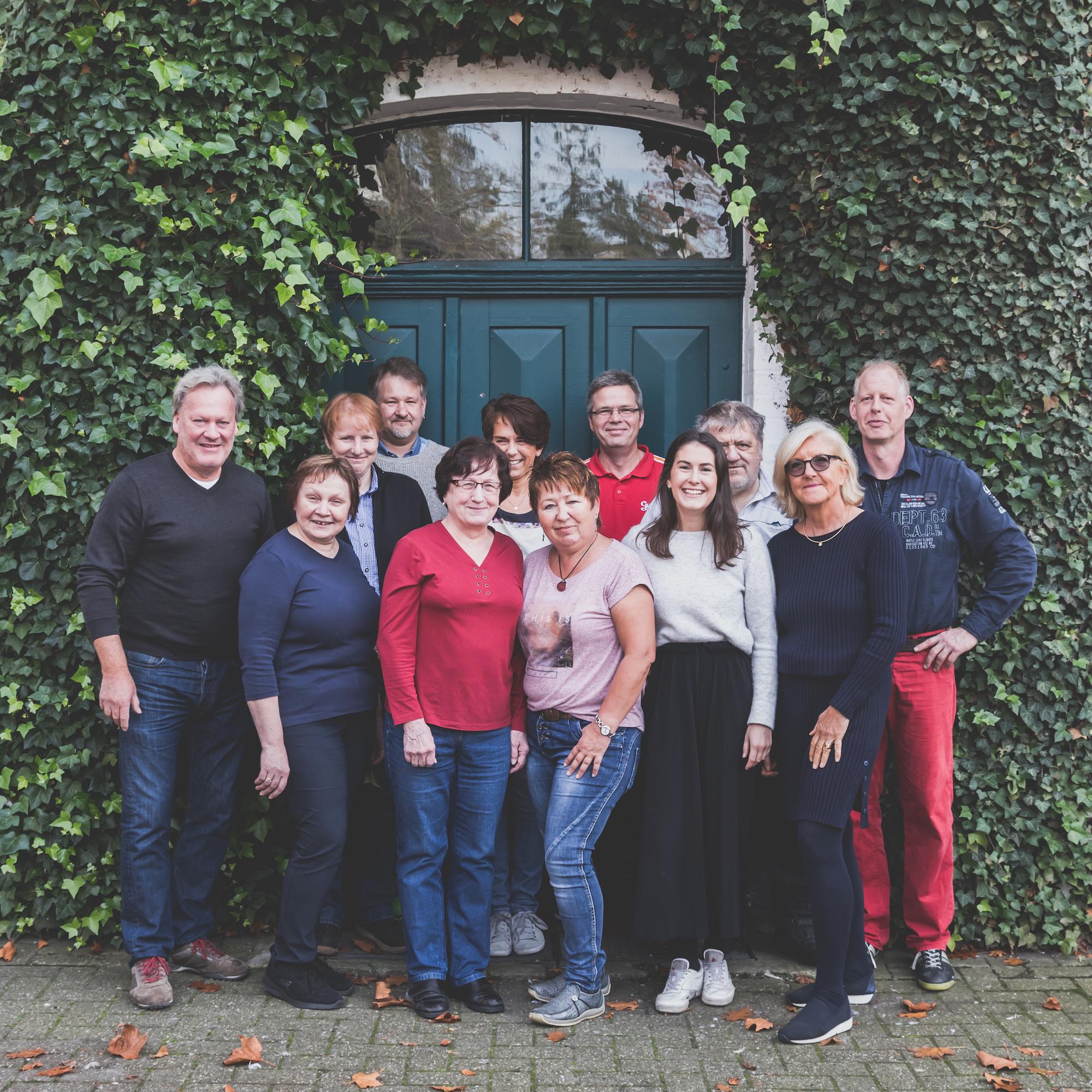 Foto vom Team Lingen vor der alten Fabriktür