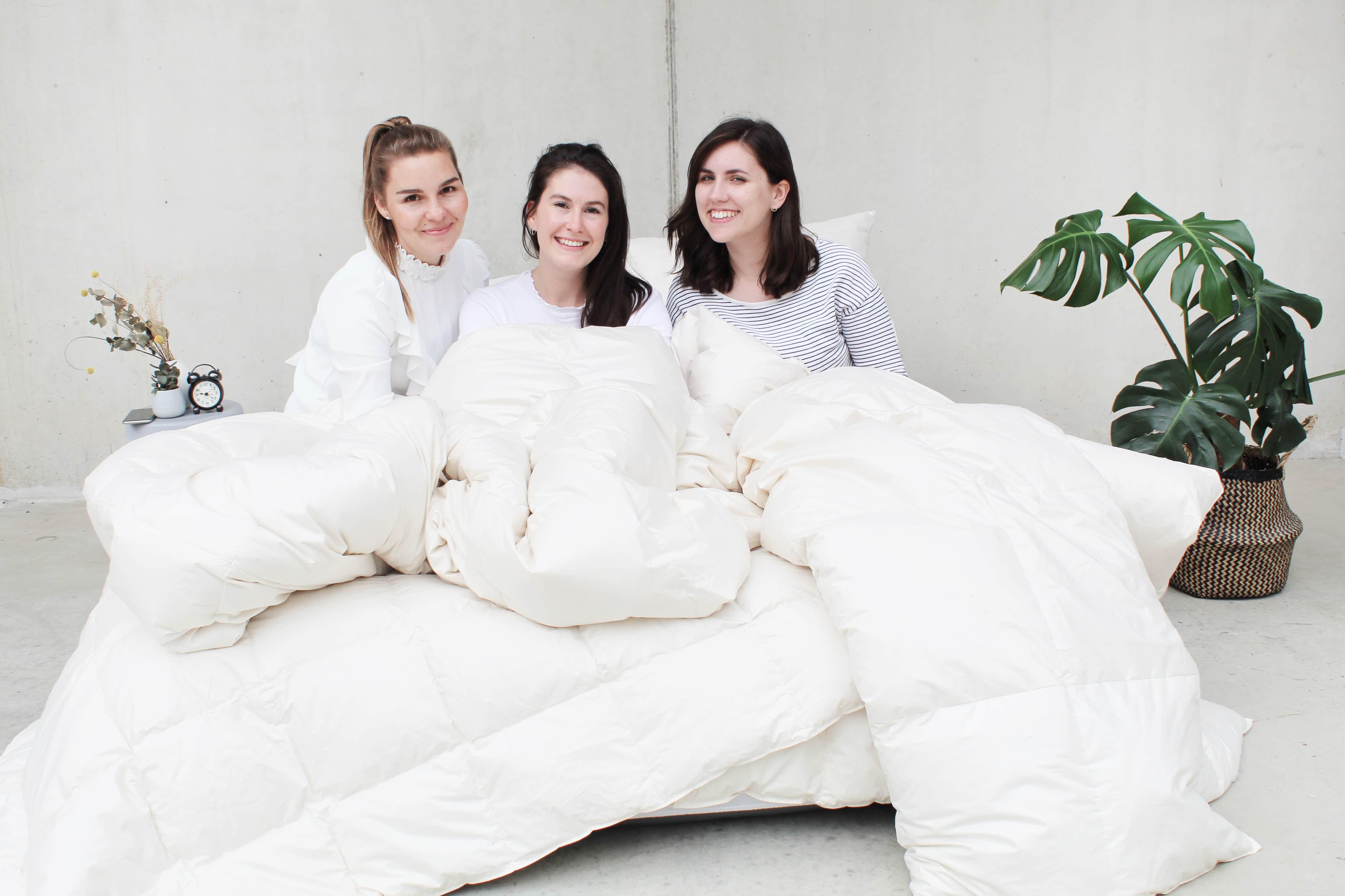 Foto vom Team Hannover auf einem Bett