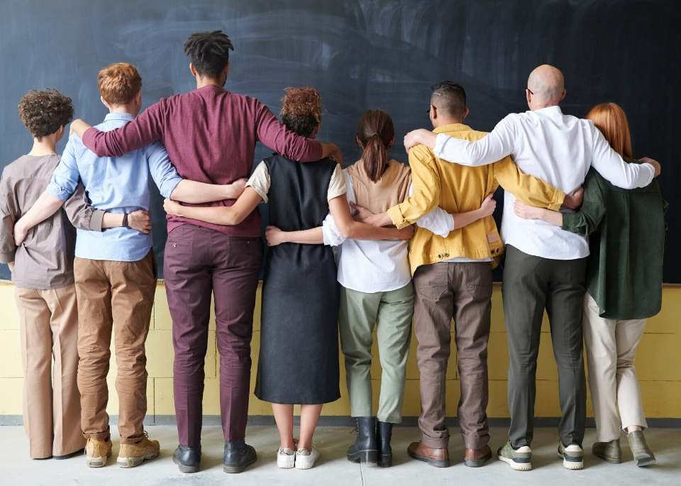 زملاء ومدرسين في العمل مترابطين