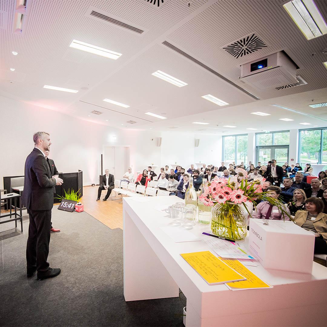 Michael Kadow (Geschäftsführer HOLM GmbH) auf der Bühne
