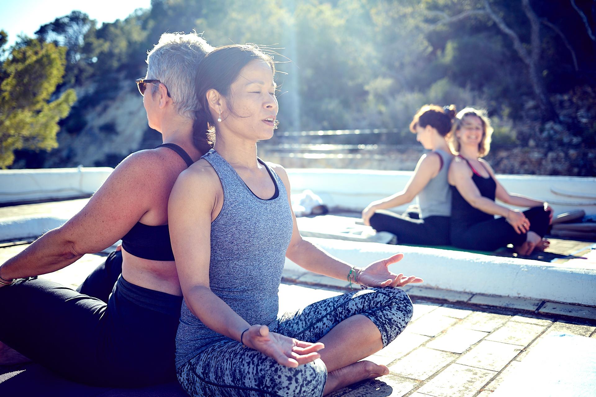 YogaTrip_1073_Maï_ibiza_benedicte_Brocard_duo-femmes-yoga-seance-institutrice-terrasse-soleil-position