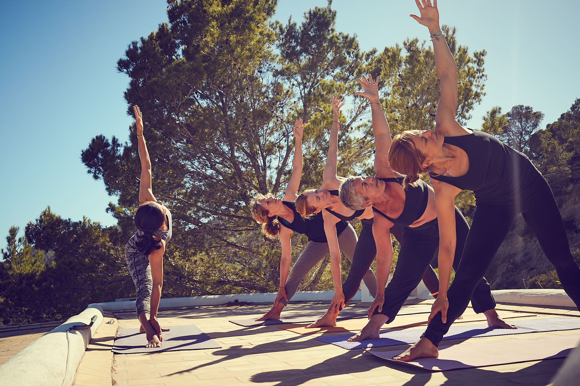 YogaTrip_598_femmes-position-yoga-exterieur-soleil-terrasse-instructrice_Maï_ibiza_benedicte_Brocard