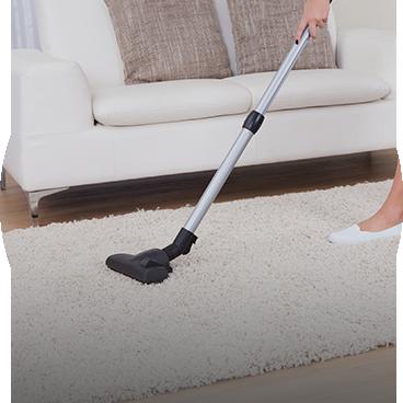 nettoyage d'un tapis avec un aspirateur