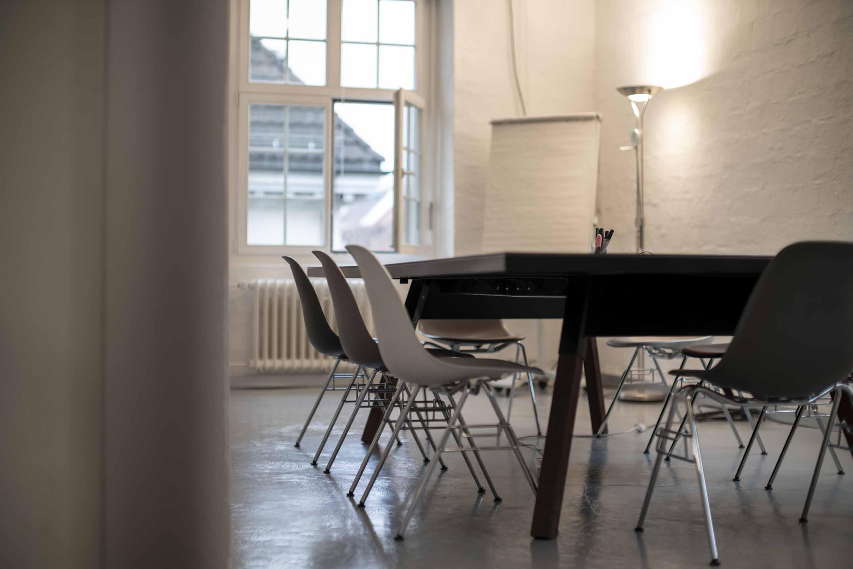 Büro Mieten, Museum für Gestaltung, Klingenpark, Sihl, Limmat, Private Office, Shared Space, Coworking Space, mit monitor, Meeting Raum und Kaffee und einer Küche, Lounge und Telefonkabine, Phonebooth