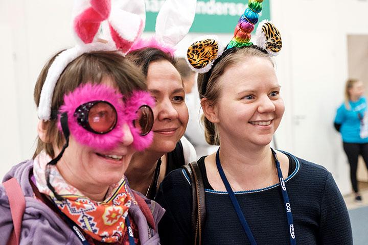 Eläinlääkäripäivien osallistujia karnevaalinaamioissa