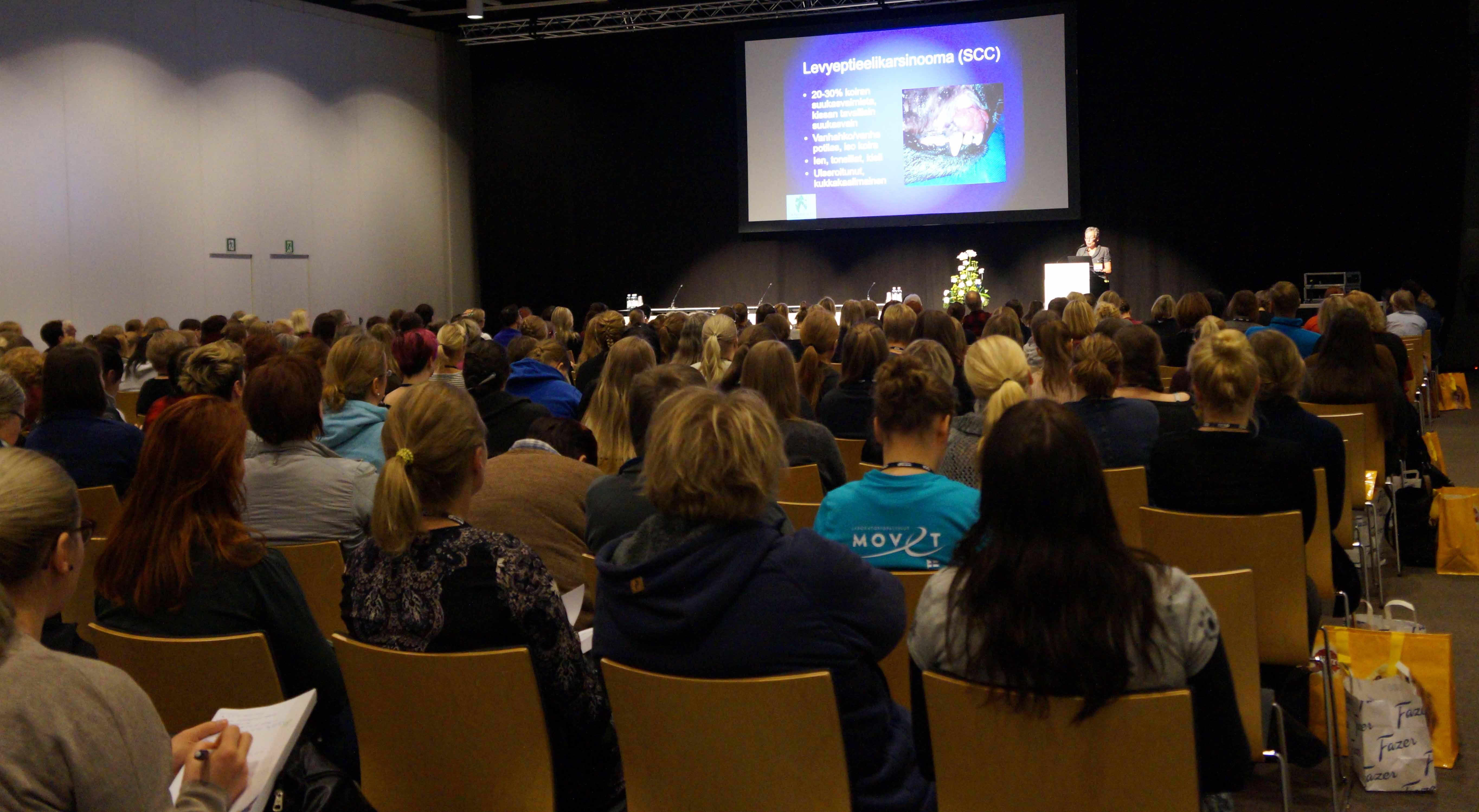 Yleisö kuuntelee Eläinlääkäripäivien luennoitsijaa