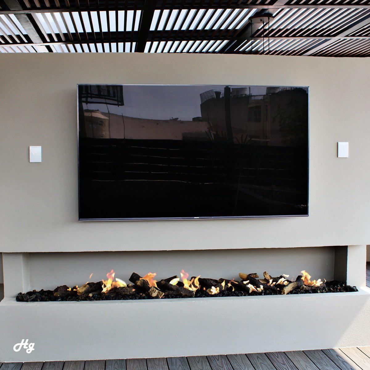 En Hg Fire utilizamos leños increíbles para darle aún más vida nuestras chimenea de gas!  #chimenea #diseñodeinteriores #sanantonioarchitecture #arquitectura #interiordesign #patiodecor #terrazas #diseñodeterrazas #firepit