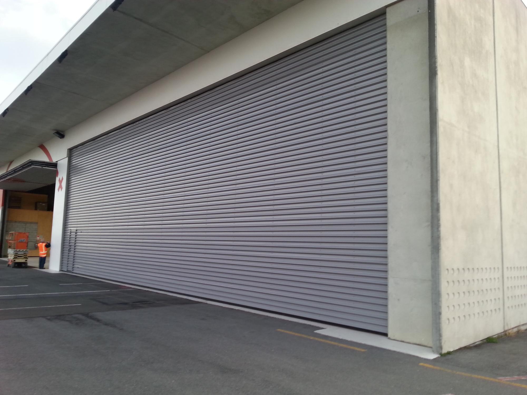 Bi-folding overhead hangar door