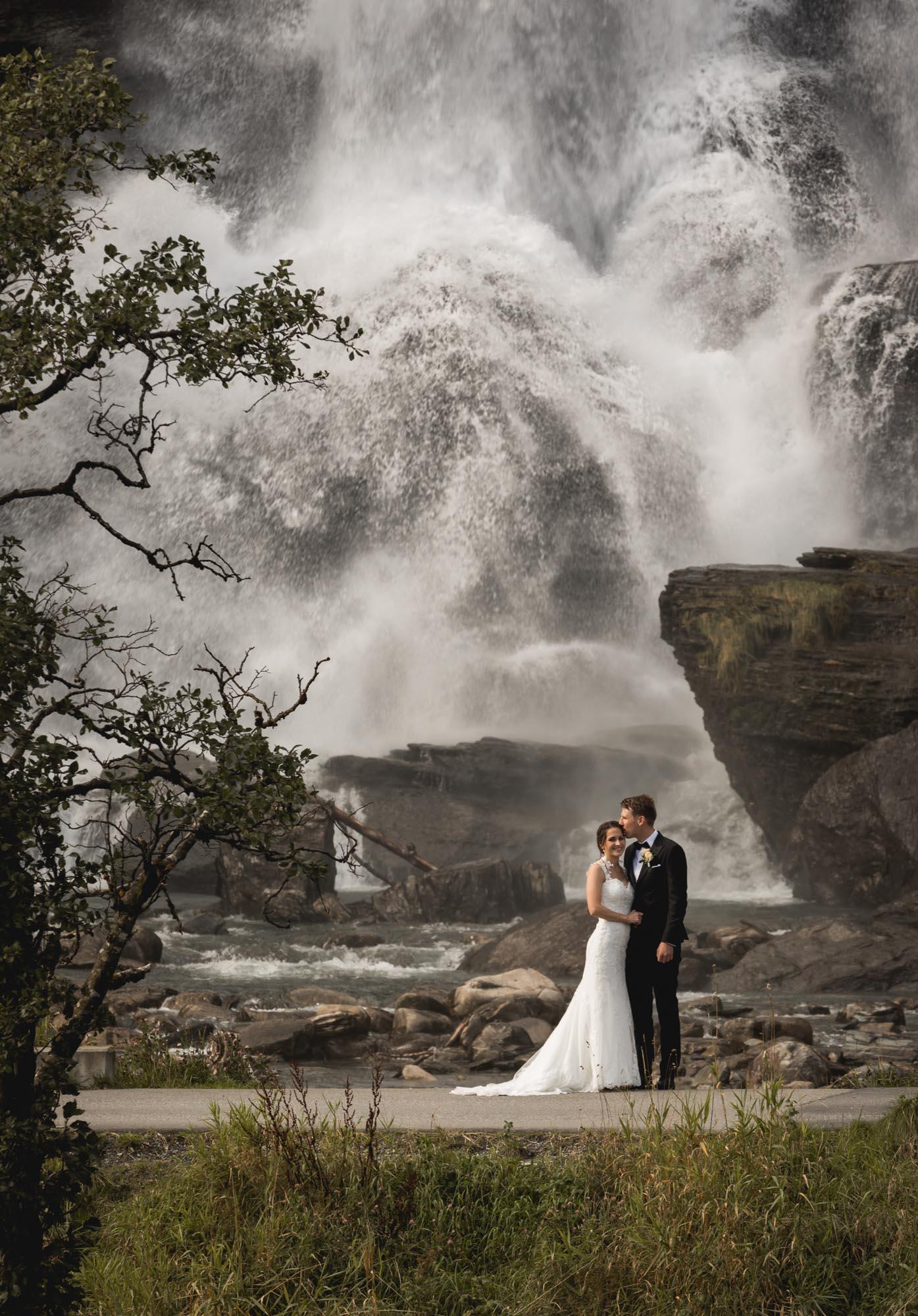 steinsdalsfossen brudepar brudebilde brud brudgom foss hardanger