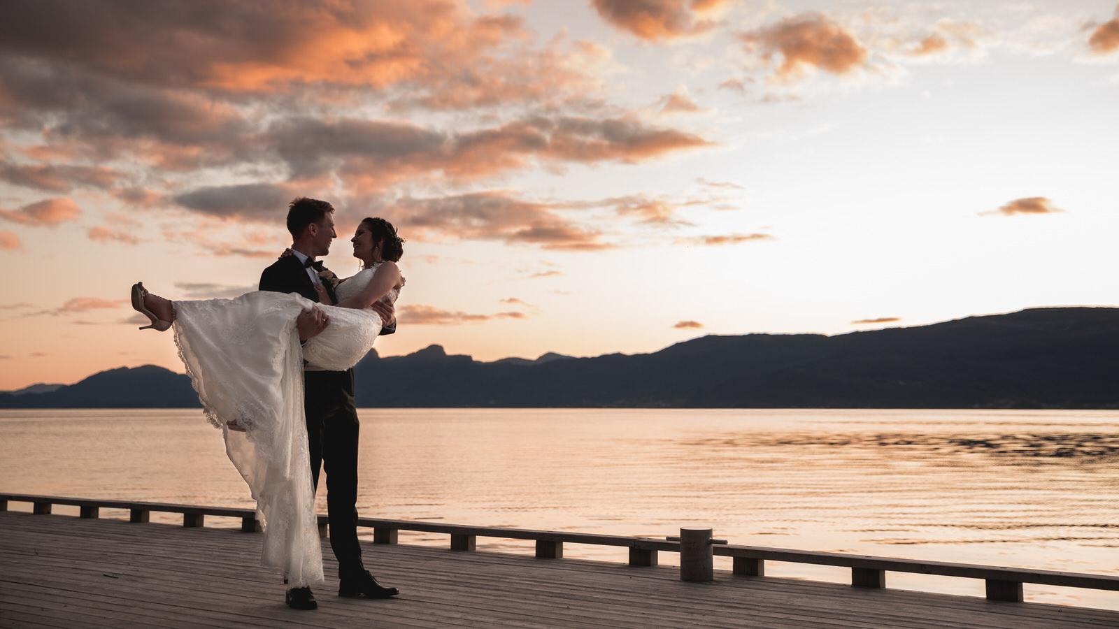 Hardangerbryllup fra morgen til kveld der vi følger brudeparet gjennom dagen. Solveig & Alexander giftet seg i idylliske Hardanger den 07.09.2019.