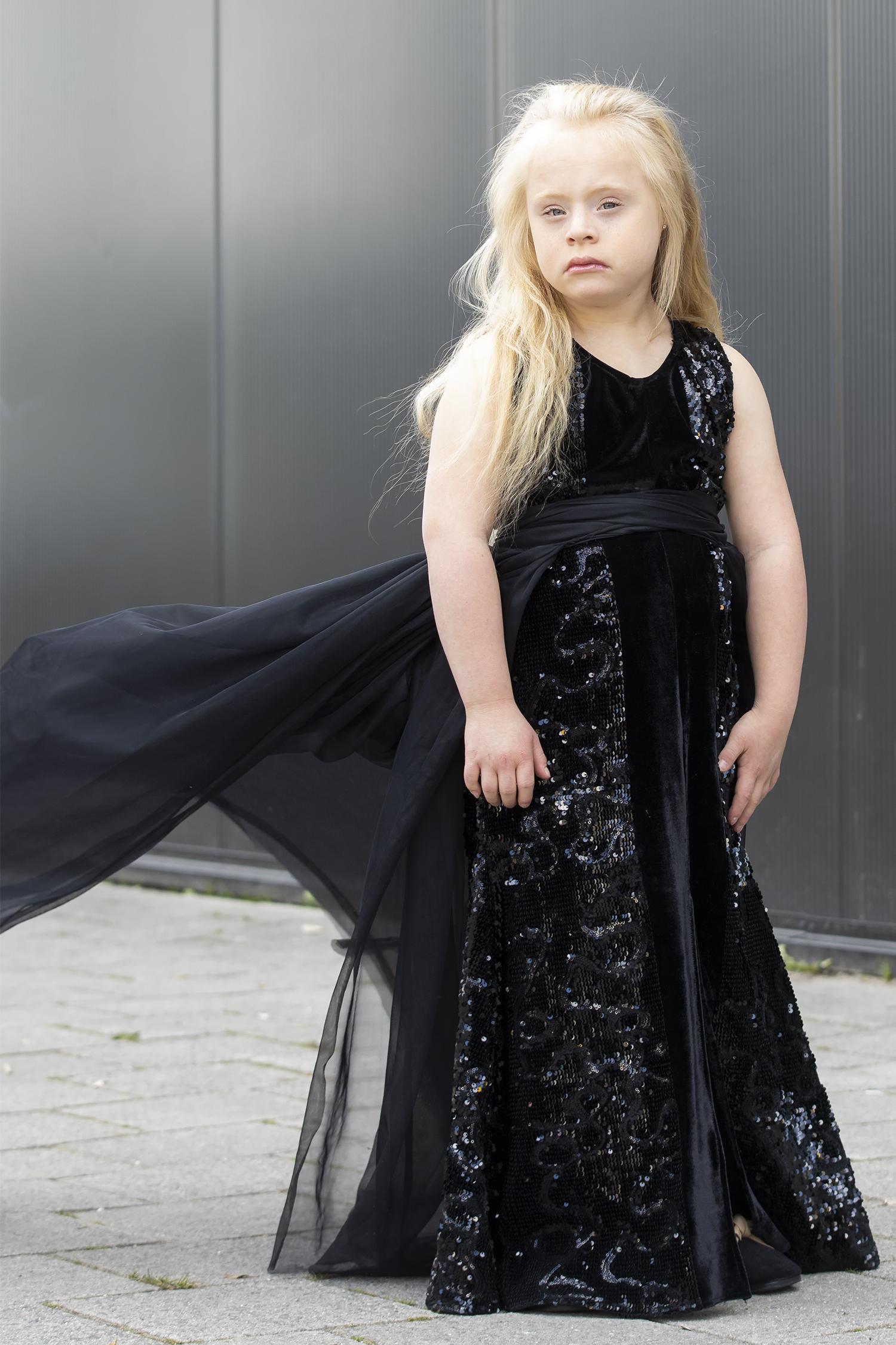 Zwarte V-hals kinderjurk pailletjes